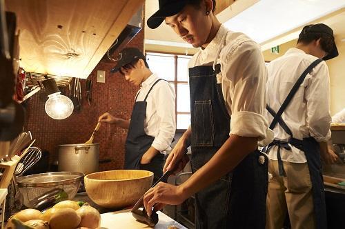 厨房で若いシェフ3人